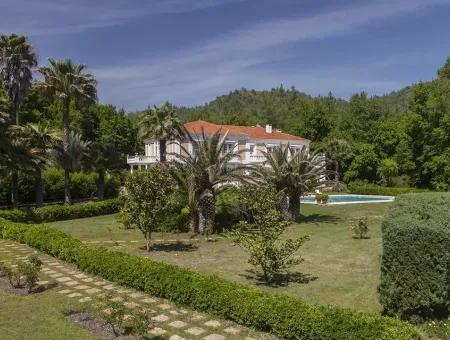 Marmaris Merkezinden 10 Km Uzaklıkta Fransız Mimarisi İle İnşaa Edilmiş Çiftlik Evi Satılıktır.